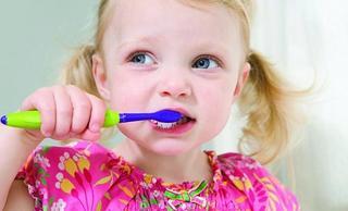 Все о чистке детских зубов: когда, как и чем?