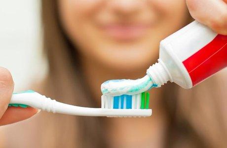 Стоматолог рассказал о критериях выбора безопасной зубной пасты